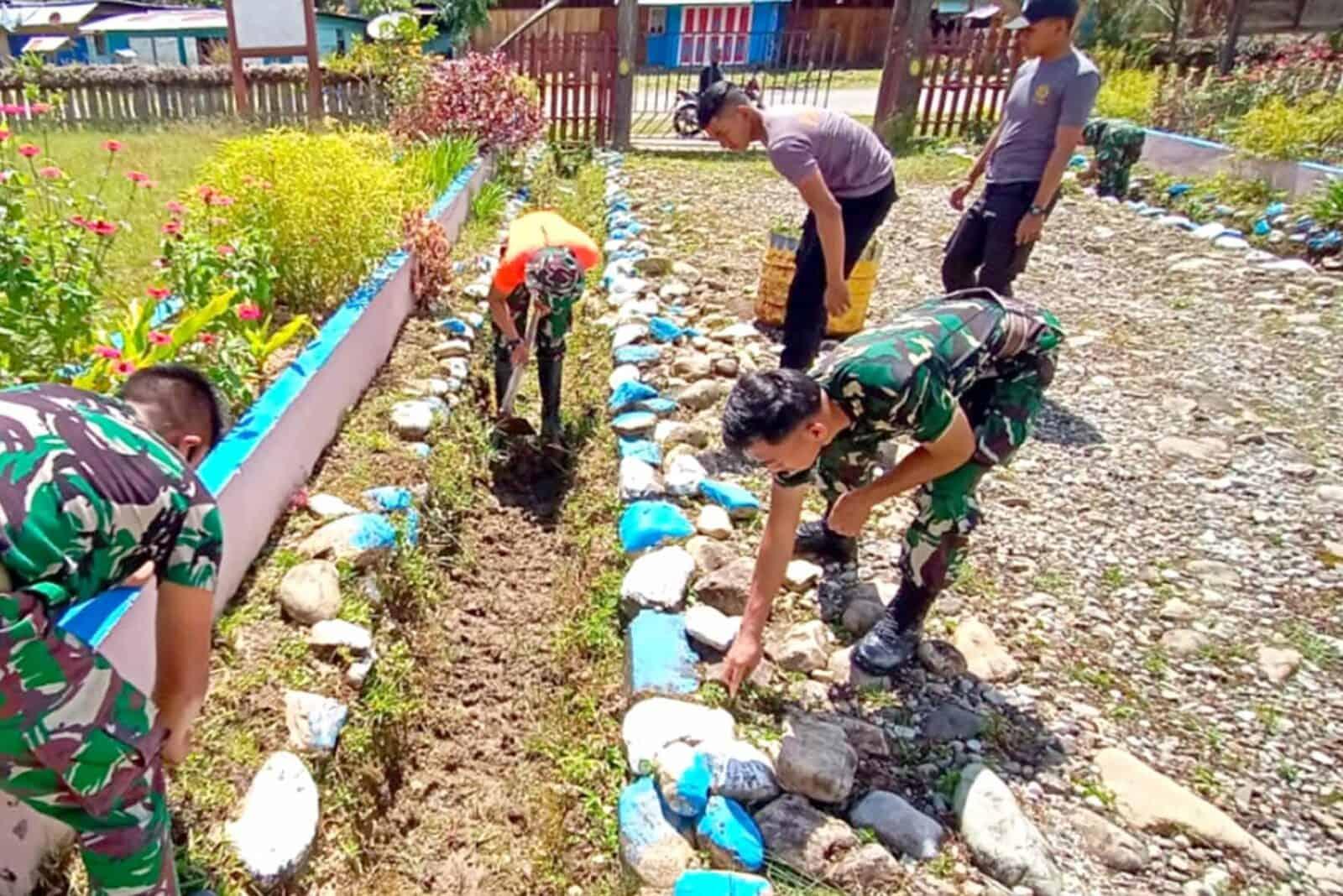 Tetap Solid, TNI Polri Dan Masyarakat Kerja Bakti Dalam Rangka HUT Ke-75 TNI
