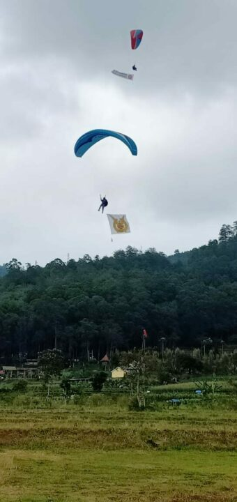 Komunitas Paralayang Lanud Abd Saleh dan Malang Meriahkan HUT ke-75 TNI