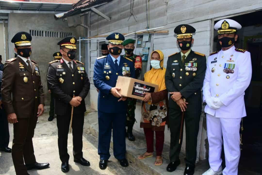 Bersempena HUT Ke-75 TNI, Danlanud Bantu Warga Kurang Mampu