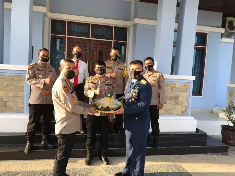 HUT ke-75 TNI, Danlanud Rsn Dapat Kejutan Dari Kapolda Riau