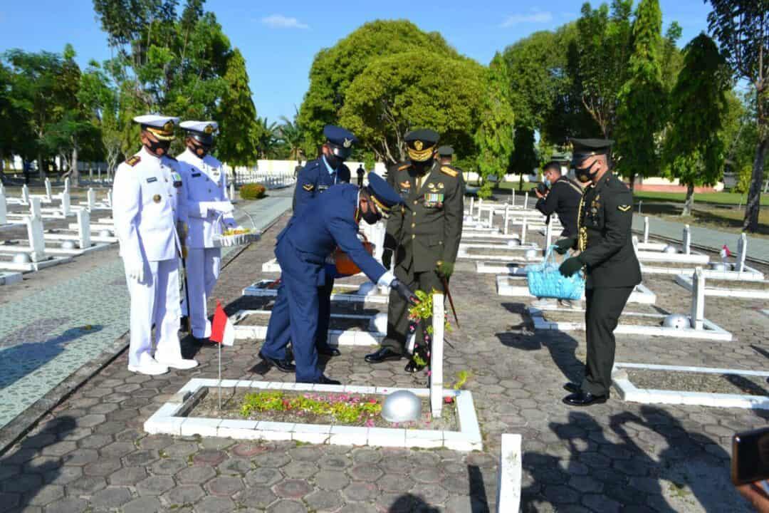 Lanud Sjamsudin Noor Ikuti Upacara Ziarah Nasional Memperingati HUT TNI Ke-75 di TMP Bumi Kencana Banjarmasin  TNI AU. Menjelang peringatan Hari Ulang Tahun ke-75 TNI, Keluarga Bes