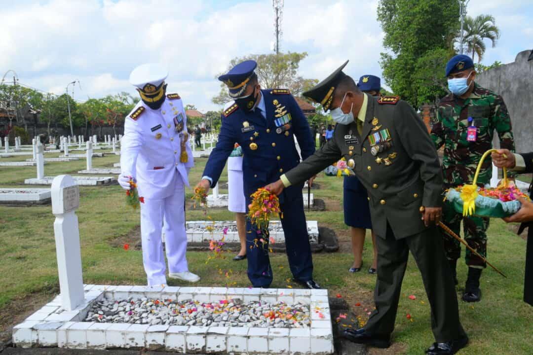DANLANUD I GUSTI NGURAH RAI MENGIKUTI ZIARAH NASIONAL HUT TNI KE-75