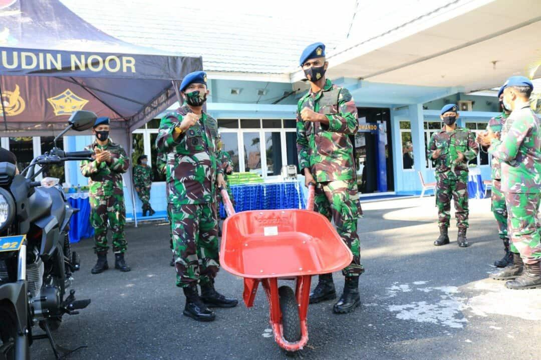 Komandan lanud Sjamsudin Noor Serahkan Arco Sebagai Sarana Kebersihan di Lanud Sjamsudin Noor
