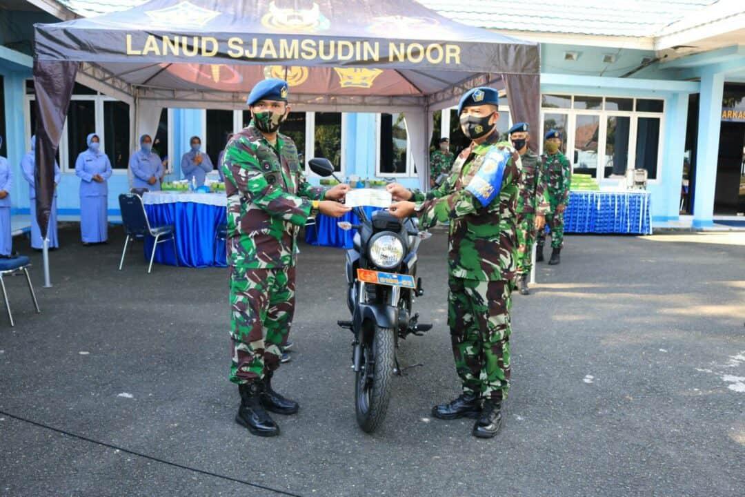 Komandan Lanud Sjamsudin Noor Serahkan Motor Dinas Babinpotdirga Lanud Sjamsudin Noor
