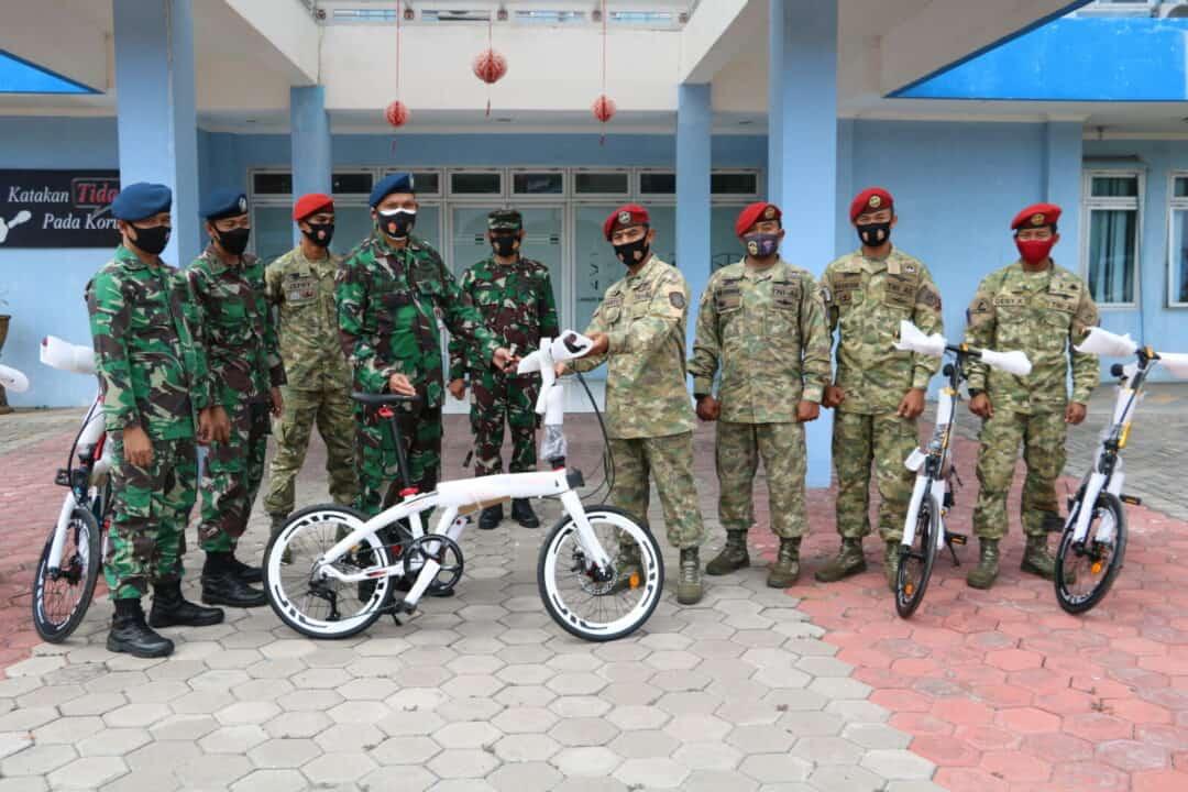 Danlanud Muljono Serahkan Hadiah 5 Unit Sepeda Dalam Rangka HUT 75 TNI