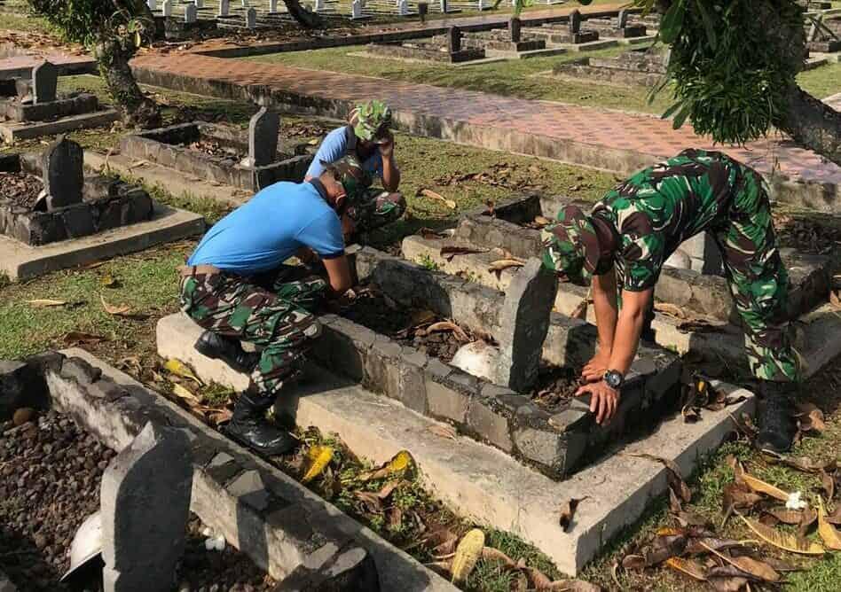 Prajurit Sutan Sjahrir Bersihkan Makam Para Pahlawan