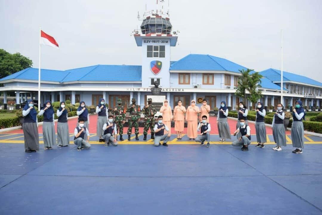 Danlanud dan Ketua PIA AG Halim Lepas Keberangkatan Siswa SMA Pradita Dirgantara