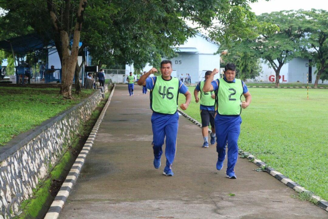 Personel Lanud Sultan Hasanuddin Laksanakan Tes Kesamaptaan Jasmani Semester II Tahun 2020 TNI AU. Pembinan personel Lanud Sultan Hasanuddin terus ditingkatkan melalui kegiatan tes kesamaptaan jasmani baik militer maupun Aparatur Sipil Negara yang dilaksanakan di area Jongging trek lapangan Mako Lanud Sultan Hasanuddin, Makassar, Selasa (24/11/2020). Tes samapta yang sengaja dilaksanakan secara rutin setiap semester itu, selain untuk membina kesemaptaan jasmani, juga sangat bermanfaat untuk menjaga kebugaran dan ketahanan fisik para personel Lanud Sultan Hasanuddin dalam mendukung kelancaran tugas sehari-hari. Tes kesemaptaan jasmani yang dilaksanakan setelah Apel pagi itu, meliputi tes samapta A, yaitu lari dengan jarak tempuh 2400 meter yang penilaiannya dilihat dari waktu yang digunakan, kemudian dilanjutkan samapta B, yakni Pull Up, Sit Up, Push Up, dan Shuttle Run. Sedangkan untuk Aparatur Sipil Negara juga melaksanakan tes kesamaptaan yakni lari dengan jarak tempuh 2400 Meter. Adapun tes kesamaptaan jasmani yang dilaksanakan secara terjadwal tersebut dibagi beberapa satuan, secara bergantian diawali dari Satpomau, Staf khusus dan Wing Udara 5, Dinas Operasi, Dinas Personel, Dinas Logistik, Skadron Udara 5, Skadron Udara 11, Skadron Teknik 044, RSAU Dody Sardjoto Lanud Sultan Hasanuddin. (penhnd/2020).