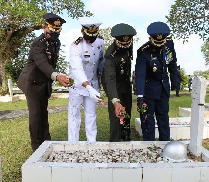 Peringati Hari Pahlawan, Personel Lanud Supadio Laksanakan Ziarah