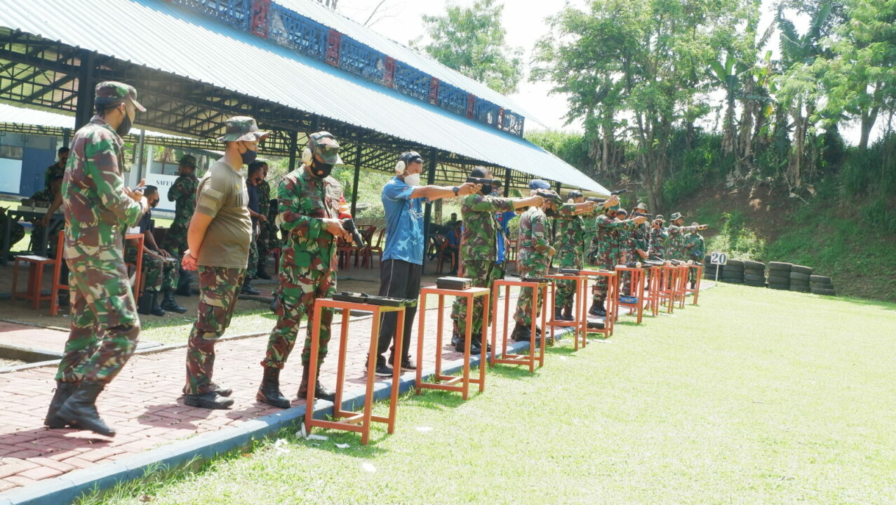 Latihan Menembak Bagi Perwira Lanud Sulaiman
