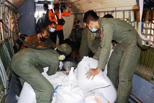 Pesawat Cassa 212 Skadron Udara 4 Lanud Abd Saleh Tabur Benih di Tiga Gunung di Malang Raya