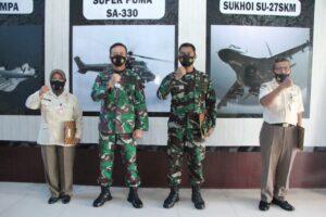Danlanud Sultan Hasanuddin Berikan Piagam Penghargaan Kepada Prajurit dan PNS yang Memasuki Purna Tugas