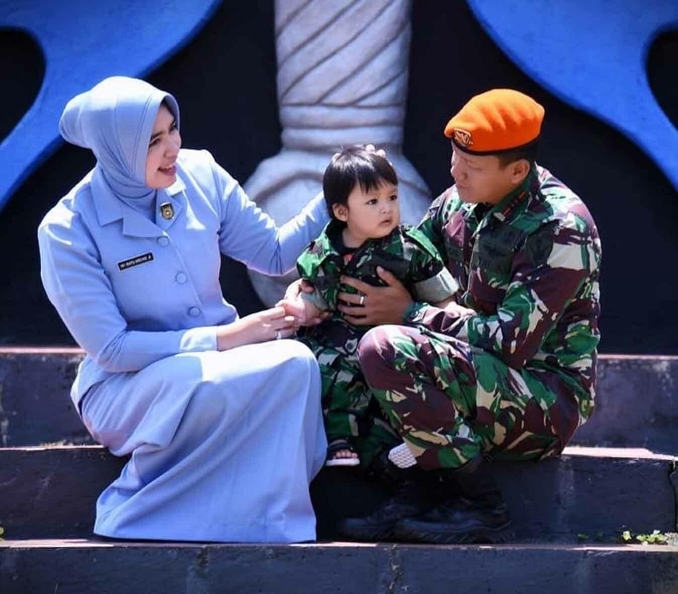 Penyerahan hadiah foto keluarga dan prajurit siswa terbaik Setukba Angkatan ke-37 oleh Dandenmatra 2 Paskhas