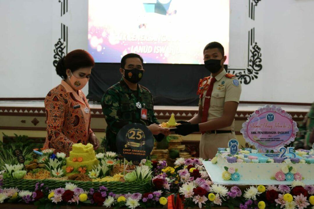 Ny. Yanti Ikoputra Hadiri Peringati HUT ke-25 SMK Penerbangan Angkasa Lanud Iswahjudi