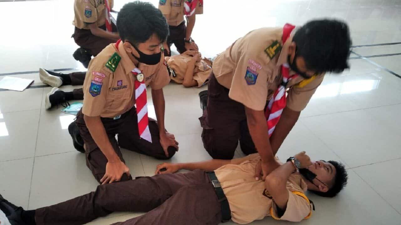 Anggota Saka Dirgantara Lanud ASH sedang mempraktekan cara memberikan pertolongan pertama pada kecelakaan.
