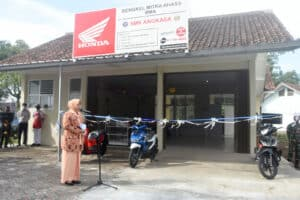 Ketua Yasarini PC Lanud Wiriadinata Laksanakan Pengguntingan Pita, Launching Teaching Factory SMK Angkasa Tasikmalaya