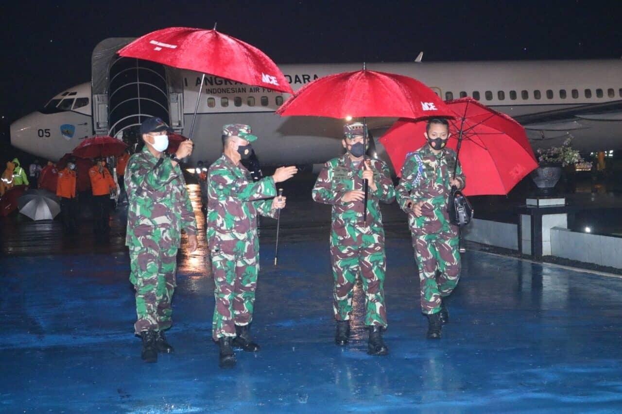 Panglima TNI Transit di Lanud Sultan Hasanuddin Setelah Tinjau Korban Gempa di Sulbar