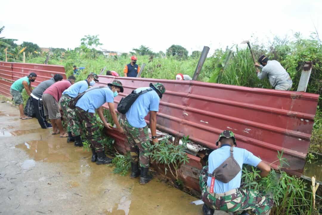 Personel Lanud Hang Nadim Gotong Royong Pasca Bencana Tanah Longsor dan Banjir Di Kota Batam.