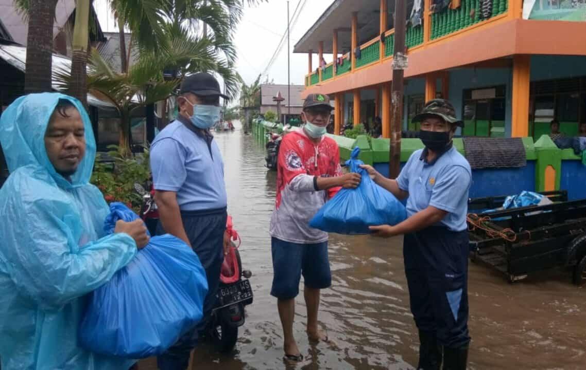 Peduli Korban Banjir, Ketua PIA AG Cab.11/D.II Lanud Sjamsudin Noor Berikan Bantuan Kepada Warga Kota Banjarbaru Dan Kabupaten Banjar