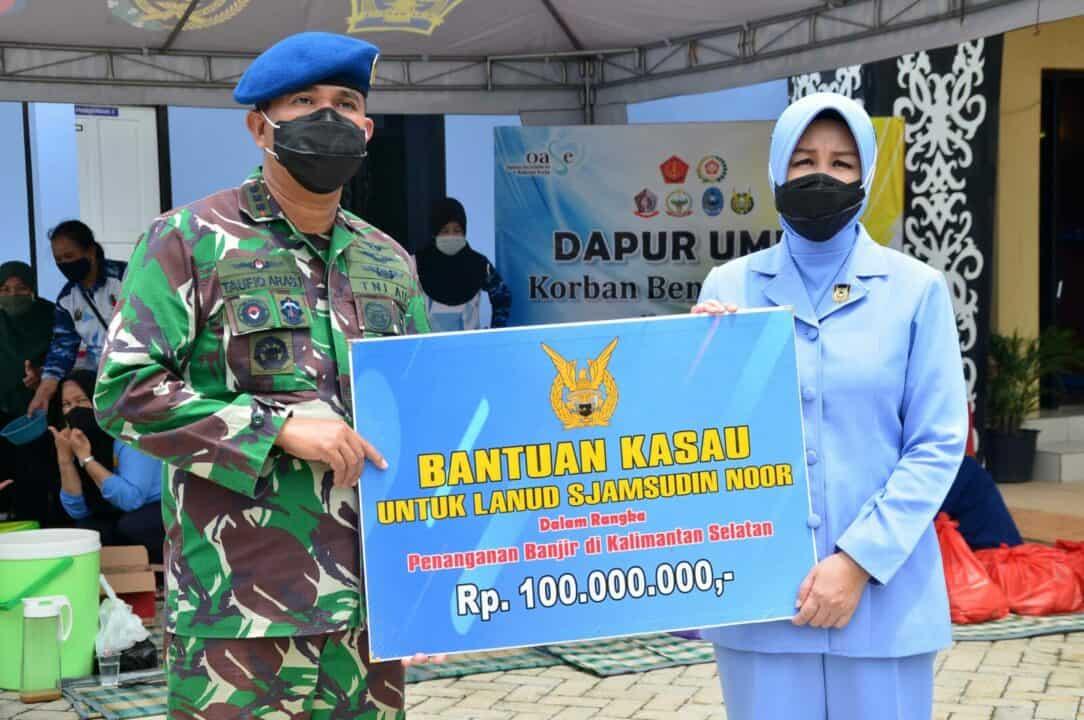 Komandan dan Ketua PIA AG Cab.11/D.II Lanud Sjamsudin Noor Menerima Sumbangan dari Kepala Staf TNI Angkatan Udara Sebesar 100 Juta Dalam Rangka Penanganan Korban Banjir di Kalimantan Selatan