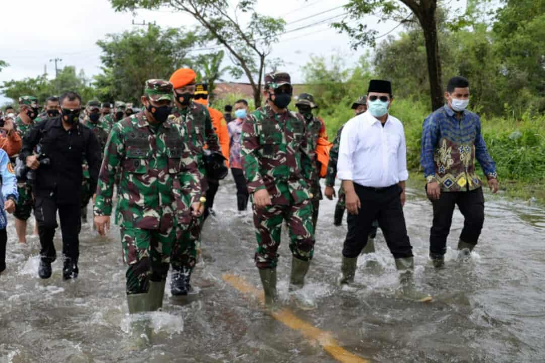 Panglima TNI dan Rombongan Meninjau Lokasi Korban Banjir Sekaligus Memberi Bantuan Kepada Masyarakat di Wilayah Kalimantan Selatan