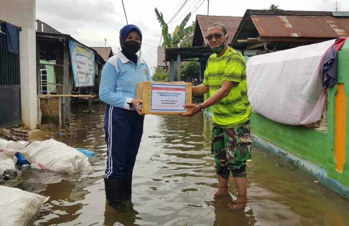 Tinjau Lokasi Terdampak Bencana Banjir Ketua PIA AG Cab.11/D.II Lanud Sjamsudin Noor Salurkan Bantuan Ketua Umum Dharma Pertiwi