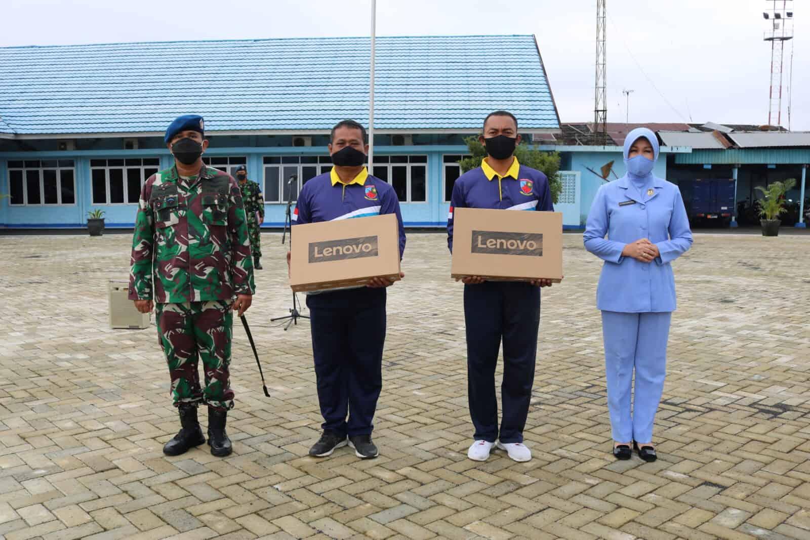 Ketua PIA AG Cab.11/D.II Lanud Sjamsudin Noor Memberikan Laptop Untuk Mendukung Program Kerja Satker Penerangan Lanud Sjamsudin Noor