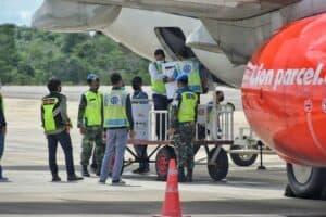 Danlanud RHF Bersama Gubernur Kepri Sambut Kedatangan 13.000 Unit Vaksin Covid-19 di Tanjungpinang