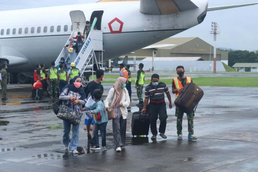 TNI ANGKATAN UDARA KEMBALI MENGEVAKUASI KORBAN GEMPA BUMI DARI MAMUJU KE MAKASSAR