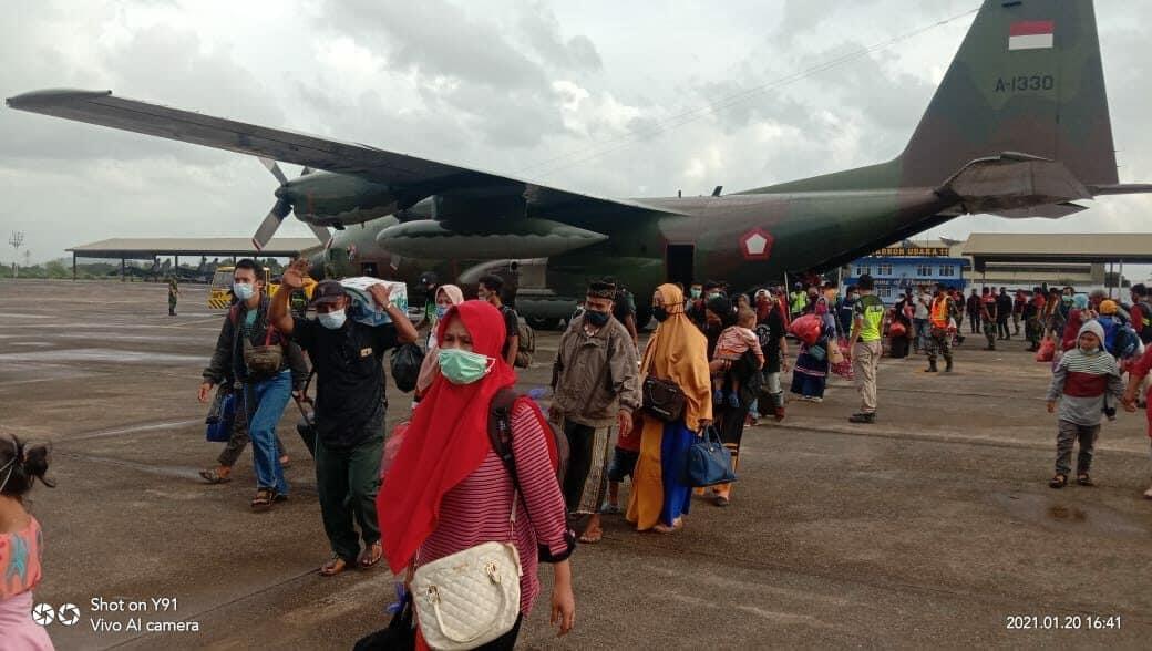 SETELAH MENGANGKUT 10 TON BANSOS PESAWAT C-130 HERCULES A-1330 KEMBALI EVAKUASI KORBAN DARI MAMUJU KE MAKASSAR