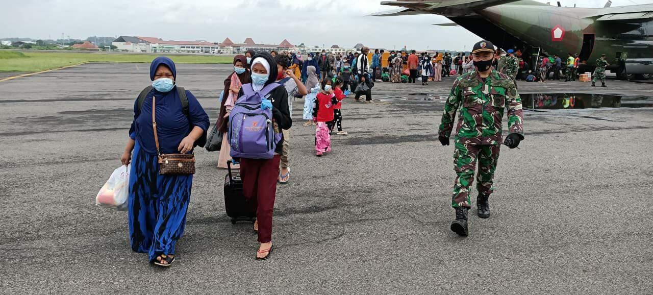 54 Orang Pengungsi Gempa Bumi Mamuju Tiba Di Solo dengan Pesawat Hercules TNI AU