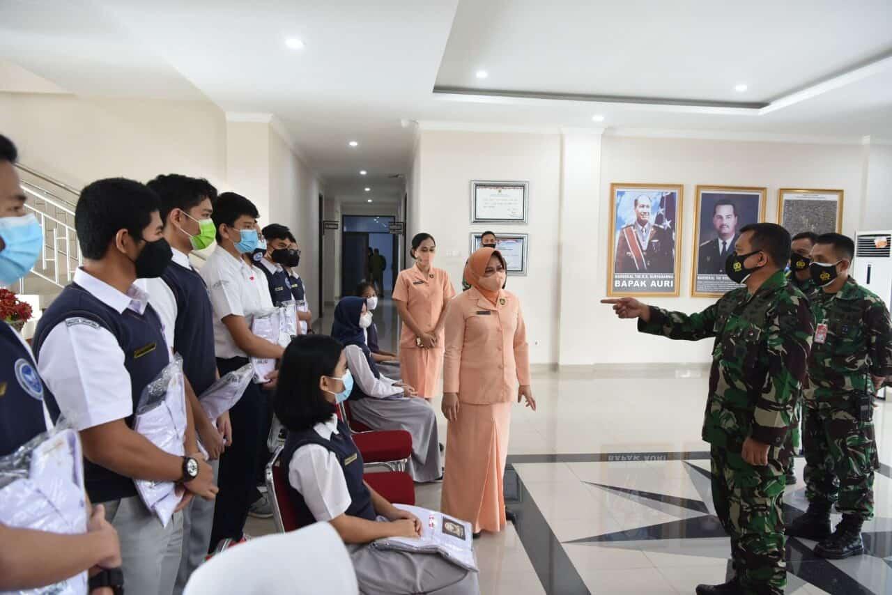 Ketua Yasarini Pengurus Cab. Lanud Rsn Serahkan Kelengkapan Sekolah SMA Pradita Dirgantara