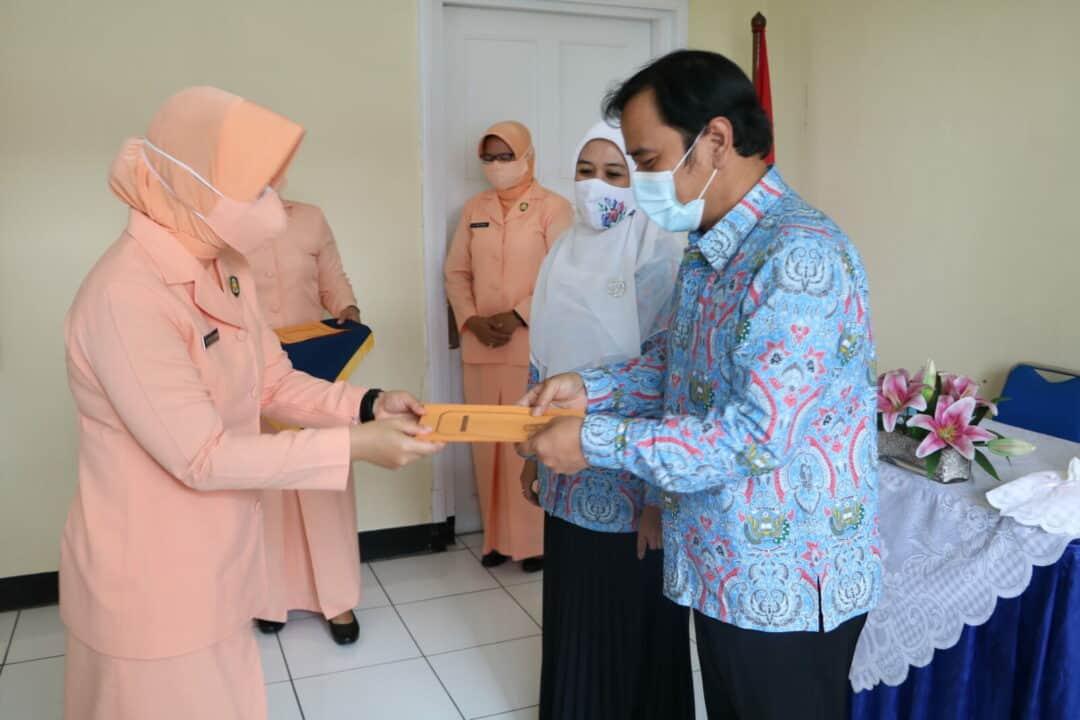 Ketua Yasarini Cabang Lanud Husein Sastranegara Berikan Tali Asih Pemenang FESA 2020