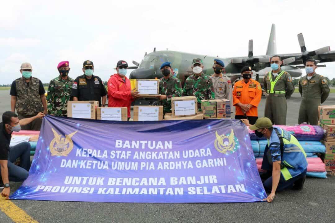 Kepala Staf TNI Angkatan Udara dan PIA Ardhya Garini Salurkan Bantuan Sosial Untuk Membantu Masyarakat Terdampak Banjir Di Wilayah Kalimantan Selatan Melalui Lanud Sjamsudin Noor