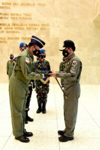 Kapolri Terima Wing Penerbang Kehormatan Kelas I TNI AU
