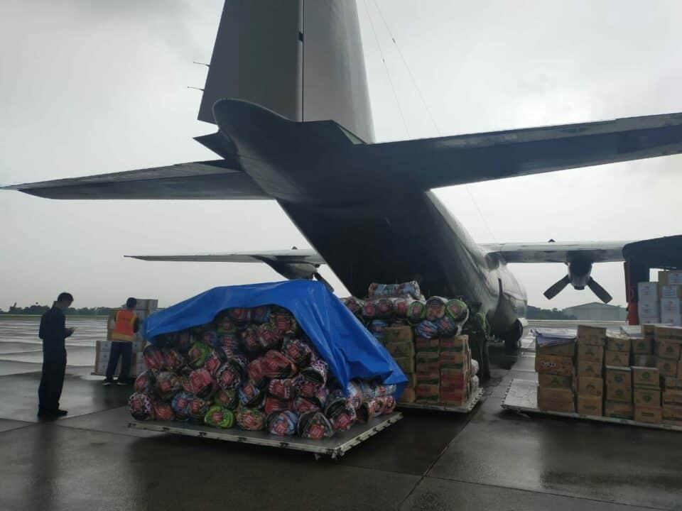 Pesawat C-130 Hercules TNI AU Distribusikan Bansos Ke Sulawesi Barat dan Kalimantan