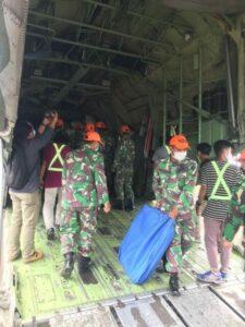 Satgas Paskhas Bersama BNPB Menyalurkan Bantuan Kepada Korban Bencana Mamuju
