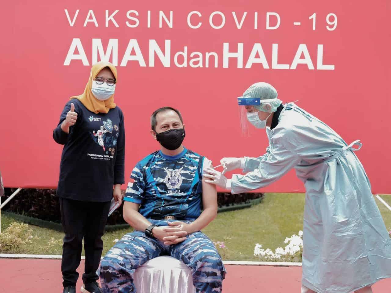 Danlanud Dhomber Terima Suntikan Perdana Vaksin Sinovac di Balikpapan