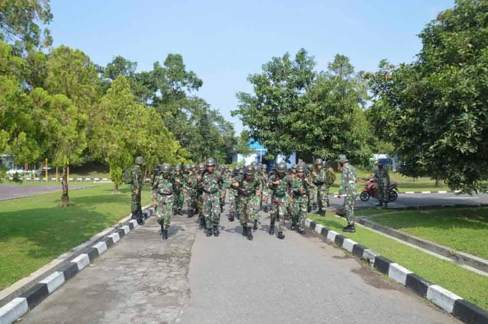 Prajurit Denhanud 474 Paskhas Melaksanakan Lintas Medan