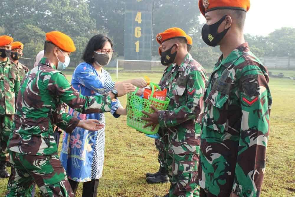 Pemberian Santunan Anggota Batalyon Komando 461 Paskhas Yang Terdampak Banjir