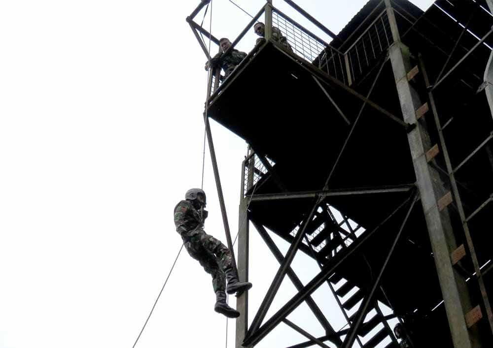 Tingkatkan Kemampuan Prajurit, Yonko 462 Paskhas Laksanakan Latihan Rappeling