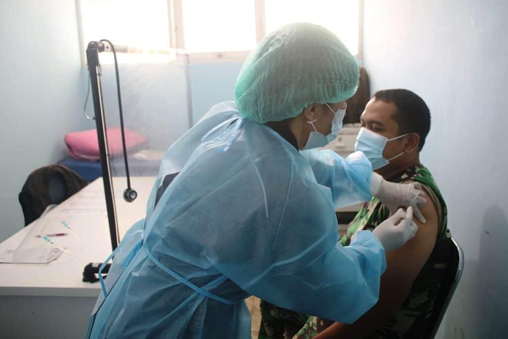 Tenaga Kesehatan Rumah Sakit TNI AU dr M. Munir Lanud Abd Saleh Jalani Vaksin Covid 19