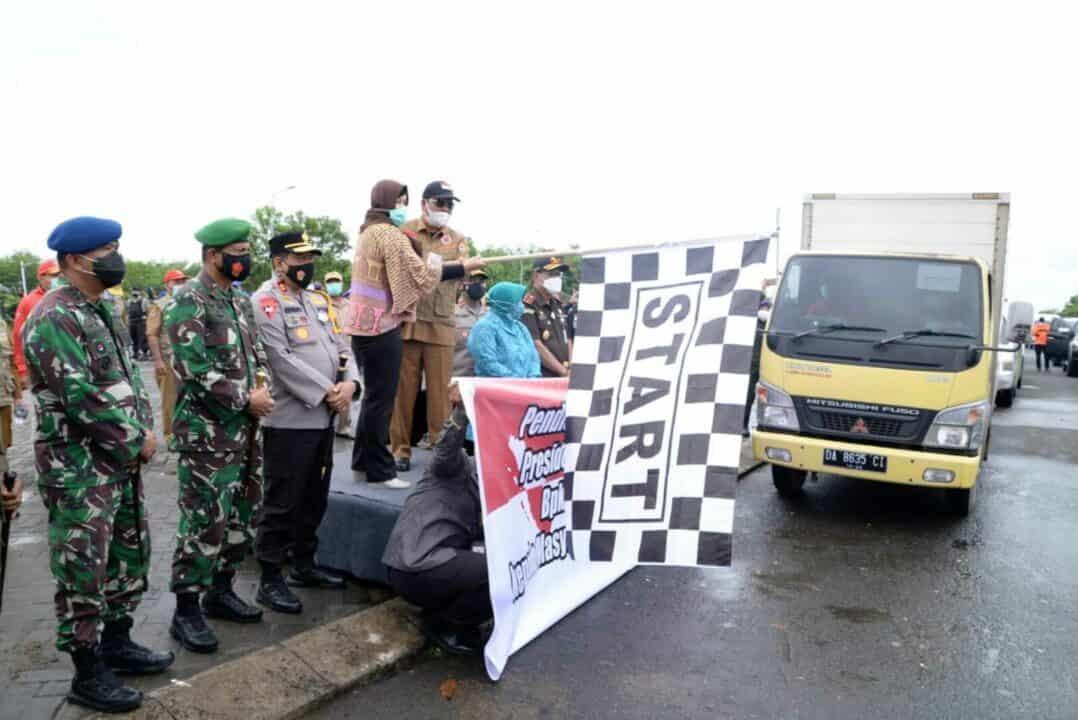 Bersama Forkopimda Kalimantan Selatan Komandan Lanud Sjamsudin Noor Turut Serta Melepas 20 ribu Paket Sembako Bantuan Presiden RI Bagi Warga Terdampak Banjir