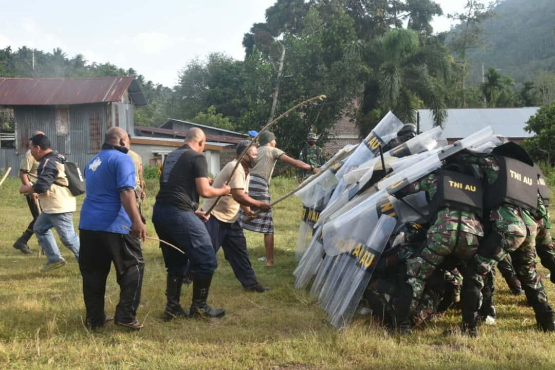 Pasukan PHH Lanud Mus Lakukan Penghadangan Pada Aksi Demo di Payaseunara