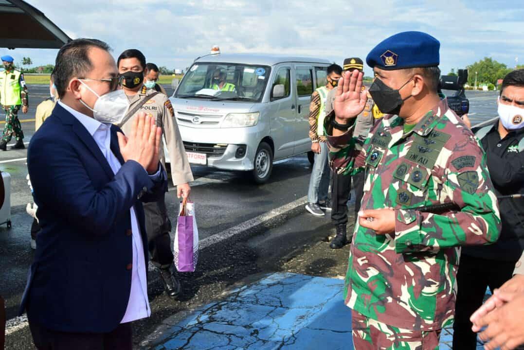 Disambut Komandan Lanud Sjamsudin Noor Bersama Forkopimda Kalsel Komisi III DPR RI Lakukan Kunjungan Kerja Untuk Meninjau Bencana Banjir Yang Melanda Wilayah Kalimantan Selatan