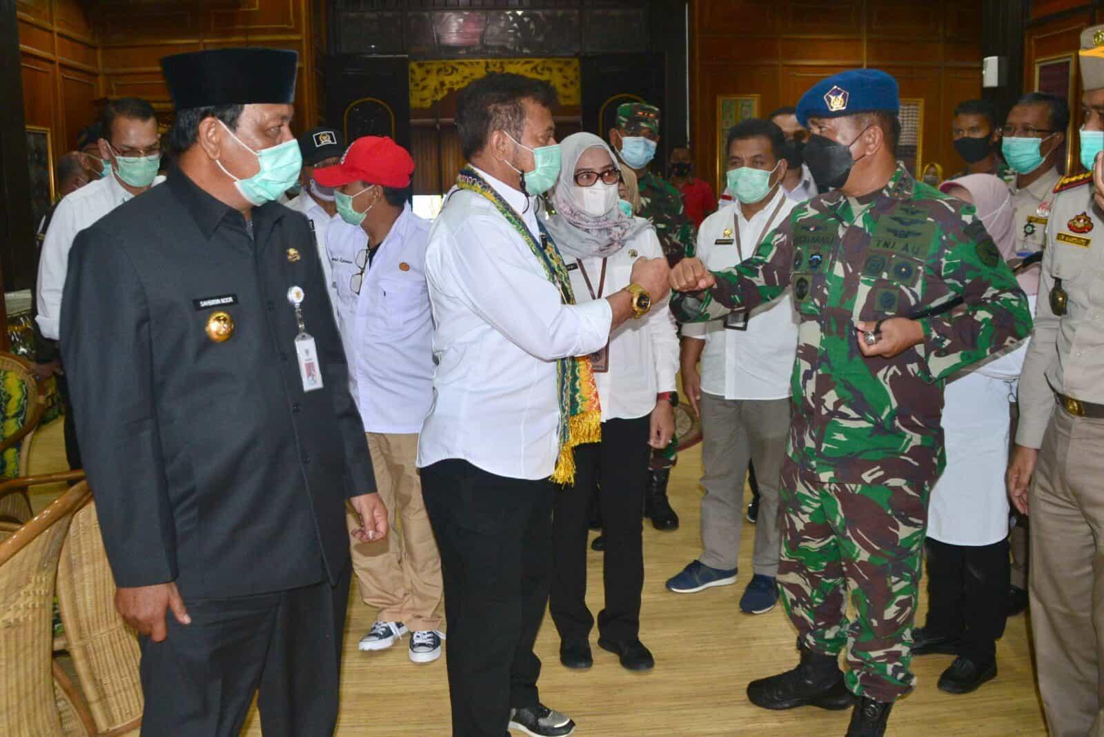 Komandan Lanud Sjamsudin Noor Turut Sambut Kedatangan Menteri Pertanian RI Dalam Rangka Meninjau Bencana Banjir Yang Melanda Wilayah Kalimantan Selatan