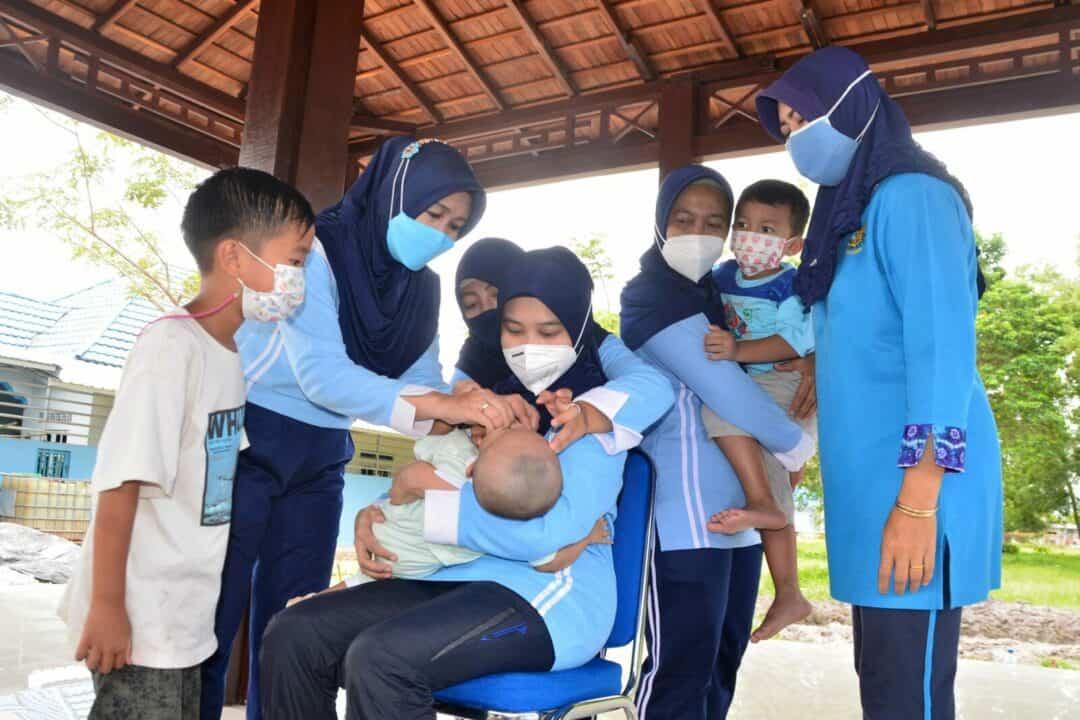 Cegah Resiko Kebutaan pada Balita Posyandu Lanud Sjamsudin Noor Berikan Vitamin A pada Anak Balita