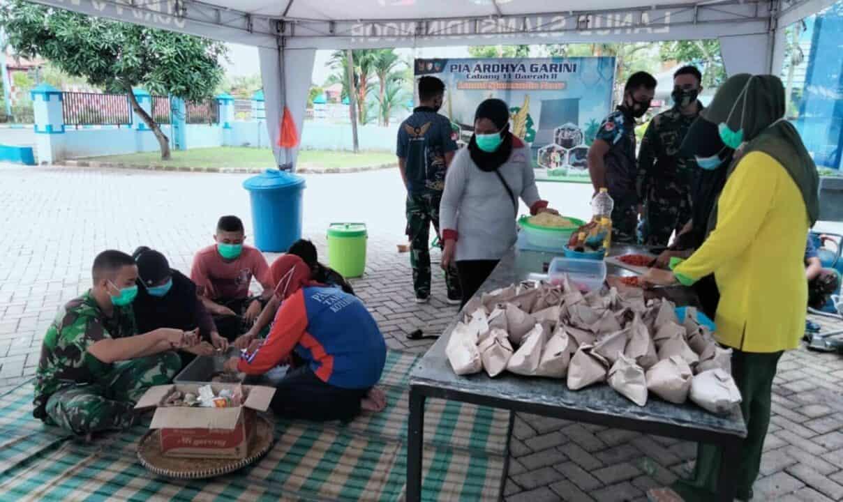 Komandan dan Ketua PIA AG Cab.11/D.II Lanud Sjamsudin Noor Menerima Sumbangan dari ADEMAU '86 Sebesar 200 Juta Dalam Rangka Dapur Umum Penanganan Korban Banjir di Kalimantan Selatan