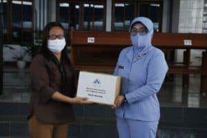 Ketua Persatuan Isteri Angkatan Udara Lanud Sam Ratulangi Salurkan Bansos