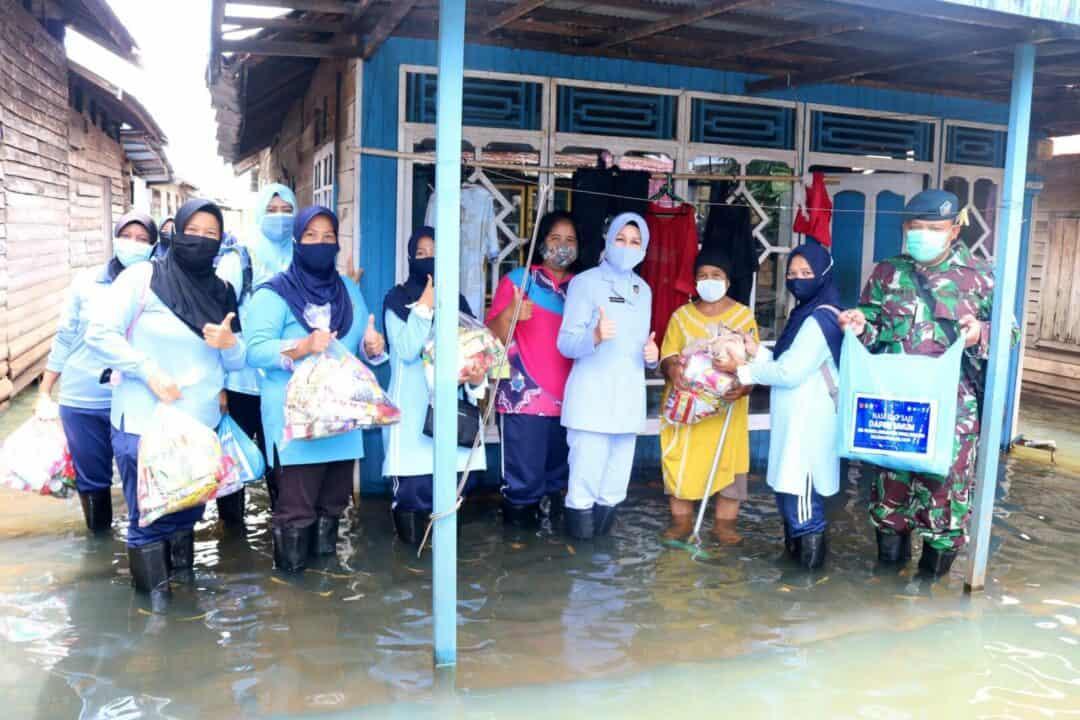 PIA AG Cab.11/D.II Lanud Sjamsudin Noor Sigap Salurkan Bantuan Makanan dan Minuman Siap Saji dari Dapur Umum SMA Pradita Dirgantara Kepada Korban Bencana Banjir di Wilayah Kec. Bati-bati, Kab. Tanah Laut Kalimantan Selatan